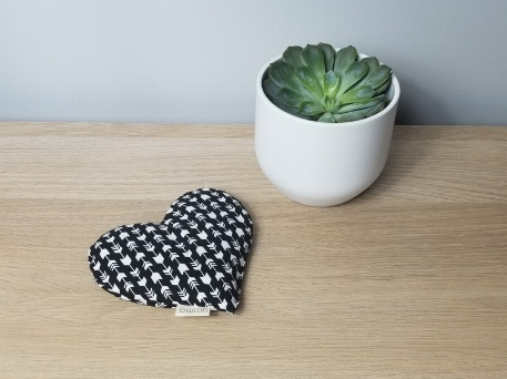 Amma T.- Coussin réconfort Coeur pour bébé- Flèches