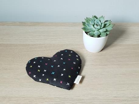 Amma T.- Coussin réconfort Coeur pour bébé- Croix, Multicolores